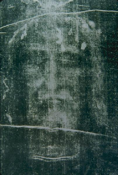 """Turiner Grabtuch Gesicht negativ klein"" von Photo by Giuseppe Enrie, 1931 - http://www.mtholyoke.edu/courses/adurfee/calculus/shroud-neg.jpg. Lizenziert unter Public domain über Wikimedia Commons."